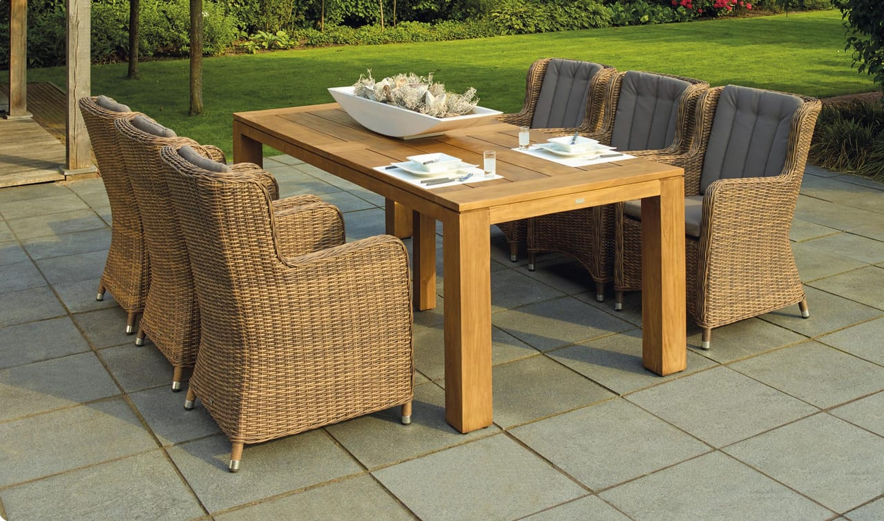 outdoor-patio-with-table-and-chairs